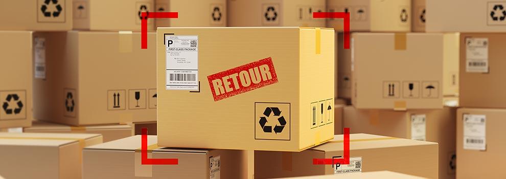 Pakete mit Focus auf Paket mit Aufschrift Retour