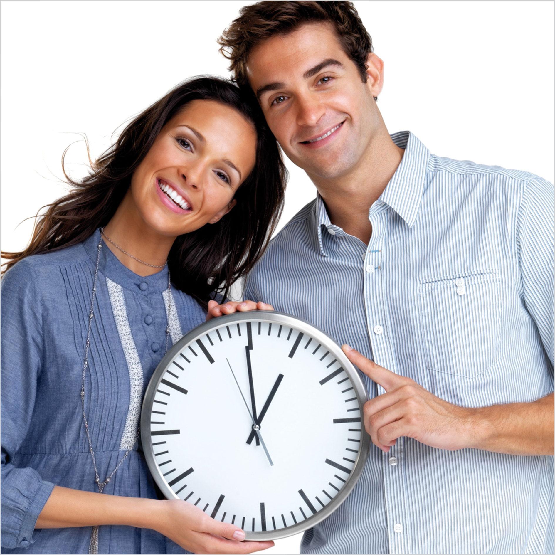 Mann und Frau mit Uhr in Hand lächeln