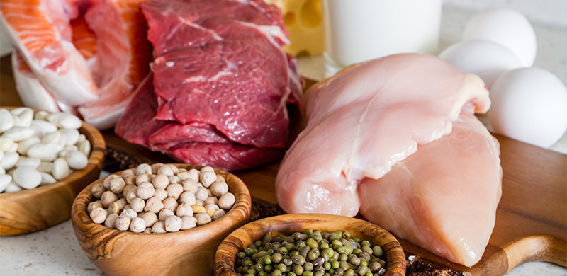 Verschiedene Fleischsorten mit Gewürzen auf Brett