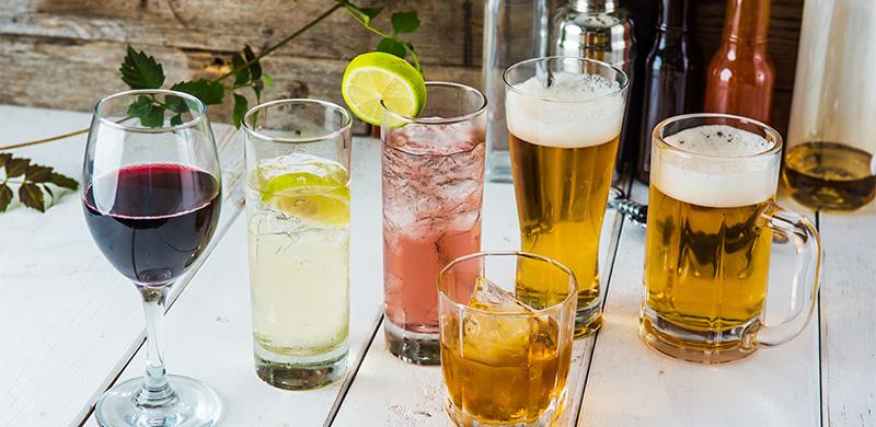 sechs verschiedene Alkoholsorten in Gläsern