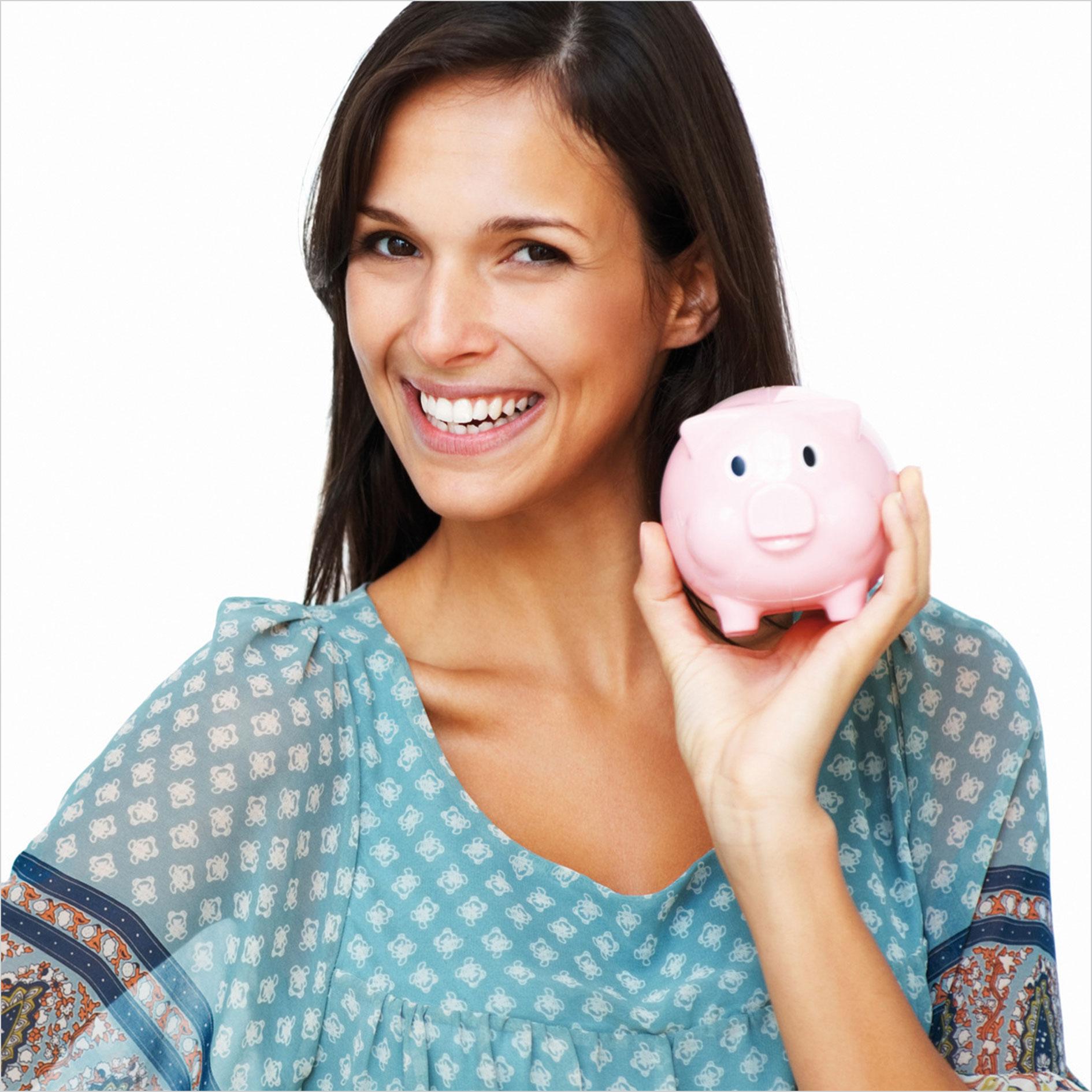 Frau mit Sparschwein in der Hand lächelt
