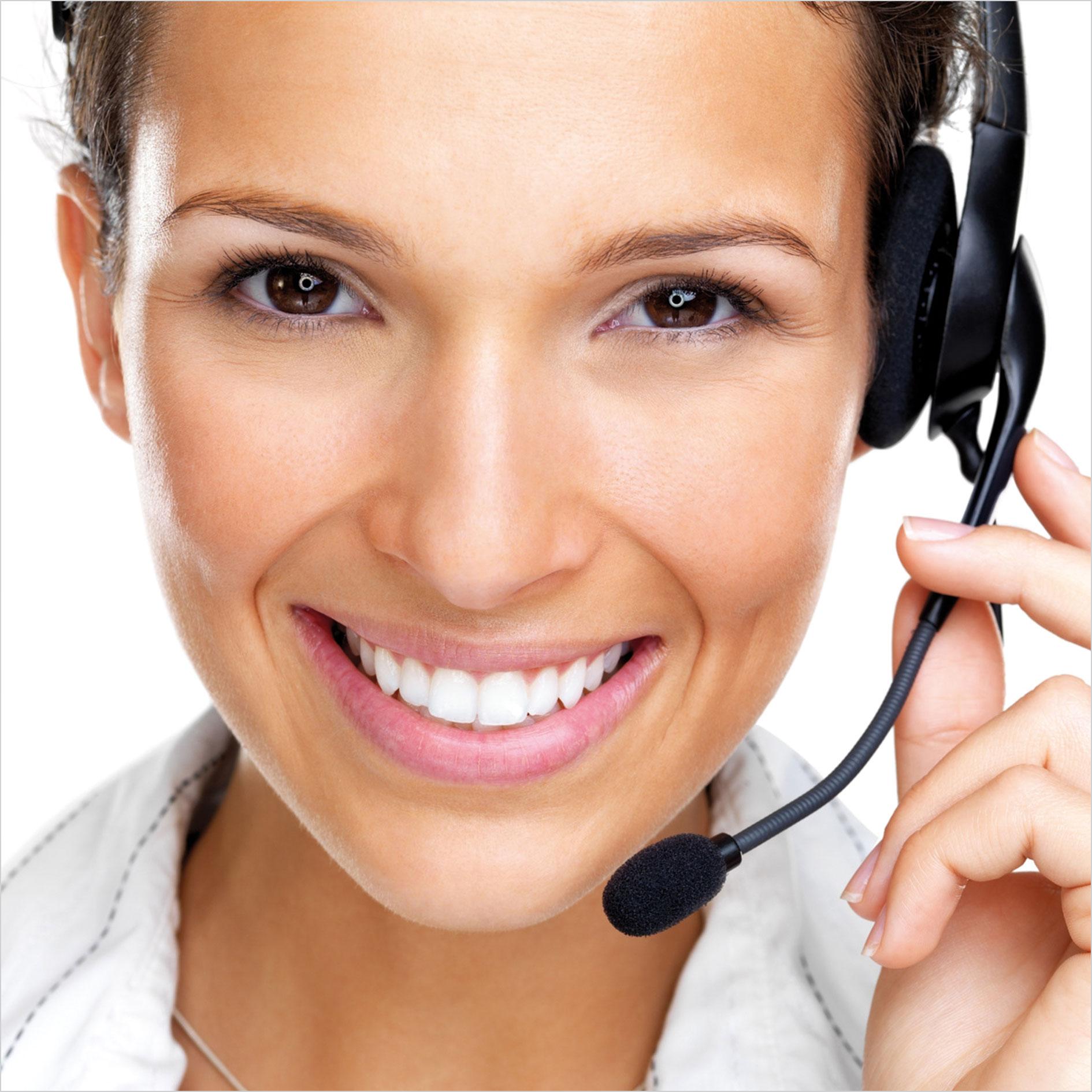 Frau mit Headset lächelt