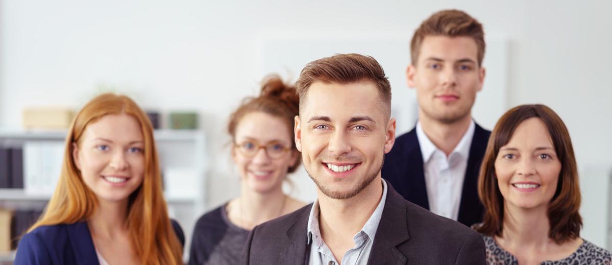 fünf Businessmenschen lächeln